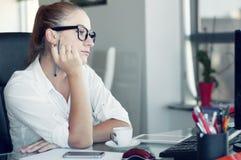 Zaakcentowana dziewczyna, zmęczenia przemęczenie Skołowany zmęczony urzędnik a obrazy stock