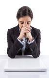 Zaakcentowana i zmęczona biznesowa kobieta z laptopem zdjęcia stock
