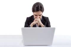 Zaakcentowana i zmęczona biznesowa kobieta z laptopem zdjęcie royalty free