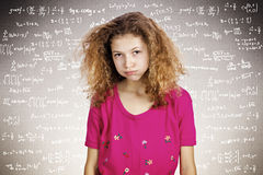 Zaakcentowana młoda studencka pozycja przed blackboard wypełniającym zdjęcie stock