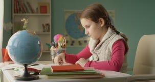 Zaakcentowana Mała Szkolna dziewczyna no Może Kończyć jej pracy domowej obsiadanie przy stołem w domu zbiory wideo
