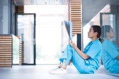 Zaakcentowana pielęgniarka egzamininuje promieniowanie rentgenowskie raport zdjęcie royalty free