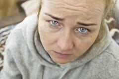 Zaakcentowana Skołowana młoda kobieta Ma Silną napięcie migrenę zdjęcia stock
