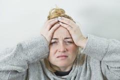 Zaakcentowana Skołowana młoda kobieta Ma Silną napięcie migrenę fotografia stock