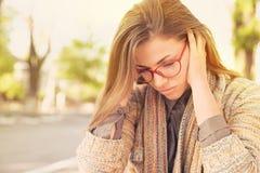 Zaakcentowana smutna kobieta siedzi outdoors Miasta miastowego życia stylu stres obraz stock