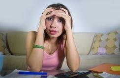 Zaakcentowanego i zmartwionego kobiety cierpienia stresu kosztów kalkulatorscy miesięczni rachunki i dług w domowej księgowości p Fotografia Royalty Free