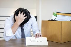 Zaakcentowany biznesmen być rezygnacją i pakujący należenie w brązu karton firma i kartoteki, odmienianie i obraz stock