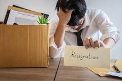 Zaakcentowany biznesmen być rezygnacją i pakujący należenie w brązu karton firma i kartoteki, odmienianie i zdjęcie royalty free