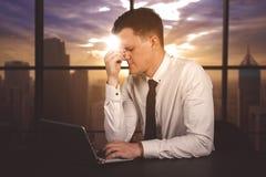 Zaakcentowany biznesmen przepracowywa się w biurze fotografia royalty free