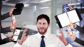 Zaakcentowany biznesmen z rękami na głowie zbiory wideo