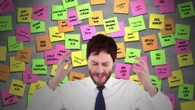 Zaakcentowany biznesmen z rękami na jego głowa zbiory wideo