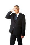 Zaakcentowany biznesmen zakrywa jego twarz Zdjęcie Royalty Free