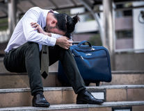 Zaakcentowany biznesmena obsiadanie przy schody plenerowym Bankrutujący biznesmena siedzieć plenerowy Zdjęcia Stock