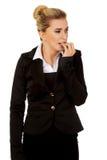 Zaakcentowany bizneswoman gryźć ona gwoździe Fotografia Stock