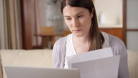 Zaakcentowany bizneswoman miie kawałek papieru Sfrustowani fachowi żeńscy miotanie dokumenty zbiory wideo