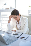 Zaakcentowany bizneswoman pracuje przy jej biurkiem Obrazy Stock