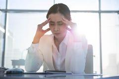 Zaakcentowany bizneswoman pracuje przy jej biurkiem Fotografia Royalty Free