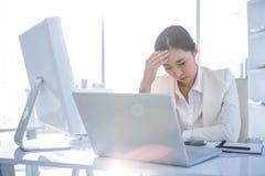 Zaakcentowany bizneswoman pracuje przy jej biurkiem Zdjęcia Stock