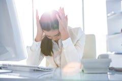 Zaakcentowany bizneswoman pracuje przy jej biurkiem Fotografia Stock