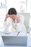 Zaakcentowany bizneswoman pracuje przy jej biurkiem Zdjęcie Stock