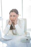 Zaakcentowany bizneswoman pracuje przy jej biurkiem Obraz Royalty Free