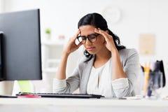Zaakcentowany bizneswoman z komputerem przy biurem zdjęcia royalty free