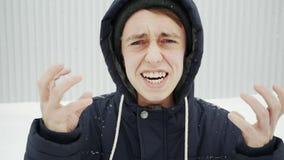 Zaakcentowany gniewny mężczyzna krzyczy z otwartym usta, patrzeje kamerę Neuropsychiatric nieład