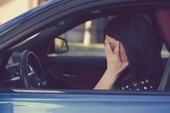 Zaakcentowany kobieta kierowcy obsiadanie wśrodku jej samochodu obrazy royalty free
