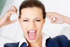 Zaakcentowany lub gniewny bizneswomanu krzyczeć fotografia royalty free