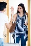 Zaakcentowany mąż próbuje zatrzymywać dziewczyny Obrazy Royalty Free