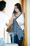 Zaakcentowany mąż próbuje zatrzymywać dziewczyny Zdjęcie Stock