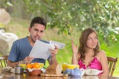 Zaakcentowany mężczyzna i kobieta dyskutuje o rodzinnym budżecie Obrazy Stock