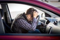 Zaakcentowany mężczyzna obsiadanie na kierowcy siedzeniu obraz stock