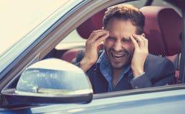 Zaakcentowany młodego człowieka kierowcy obsiadanie wśrodku jego samochodu zdjęcia royalty free
