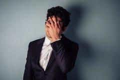 Zaakcentowany młody biznesmen z migreną obrazy royalty free
