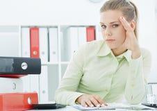 Zaakcentowany Młody bizneswomanu obsiadanie w biurze z pieniężnym raportem Zdjęcia Royalty Free
