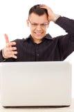Zaakcentowany przypadkowy mężczyzna patrzeje laptop z szkłami Zdjęcie Royalty Free