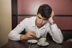 Zaakcentowany Przystojny mężczyzna Ma filiżankę kawy przy kawiarnią obrazy stock