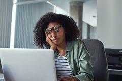 Zaakcentowany sfrustowany młody bizneswoman patrzeje laptop zdjęcia royalty free