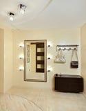 Zaal in beige tonen met hallstand en spiegel Stock Foto