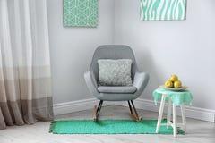 Zaal binnenland met comfortabele leunstoel De decors van de muntkleur stock afbeelding