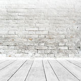 Zaal binnenland met witte bakstenen muur en houten vloer