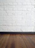 Zaal binnenlandse wijnoogst met witte bakstenen muur Stock Foto's