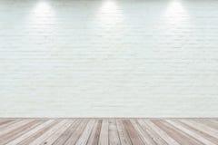 Zaal binnenlandse wijnoogst met witte bakstenen muur en houten vloer Stock Afbeeldingen