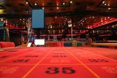 Zaal in casino met lijst voor roulettespel Stock Foto