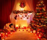 Zaal de Lichten van de Kerstboomopen haard, het Binnenland van het Kerstmishuis Royalty-vrije Stock Afbeeldingen