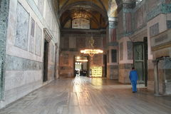 Zaal en kroonluchter in Aya Sophia-museum, Istanboel, Turkije Stock Afbeeldingen