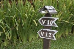 Zaal het aantalteken in de toevlucht wordt gemaakt van oude houten raad op groene achtergrond royalty-vrije stock fotografie
