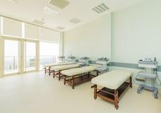 Zaal in het moderne ziekenhuis Stock Afbeeldingen