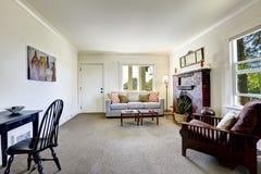 Zaal met baksteenopen haard in oud Amerikaans huis Royalty-vrije Stock Afbeeldingen